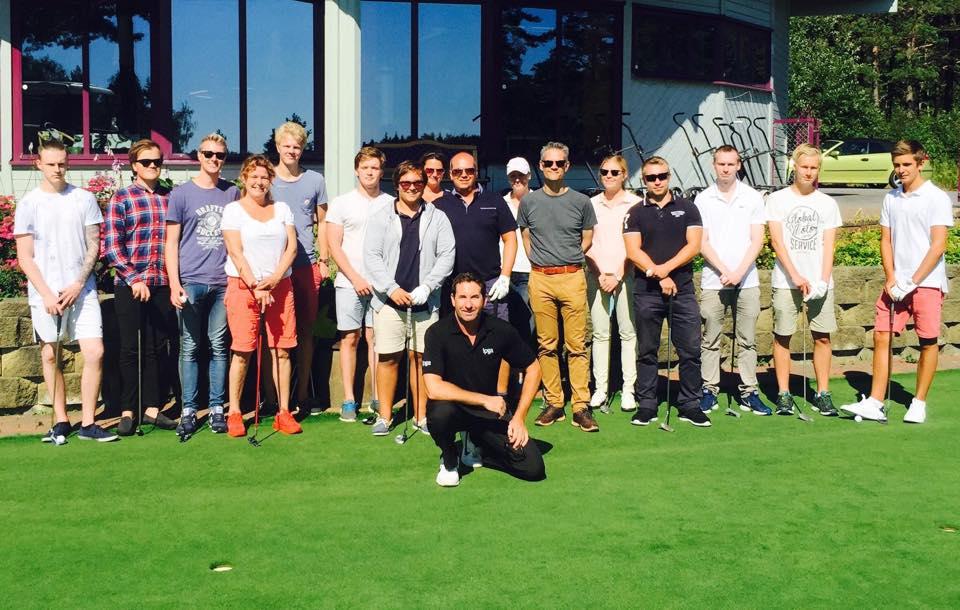 16 fornøyde elever på Veien til Golf kurs.